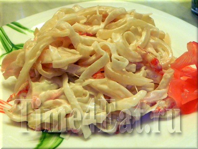 Салат с кальмарами и рисовой лапшой