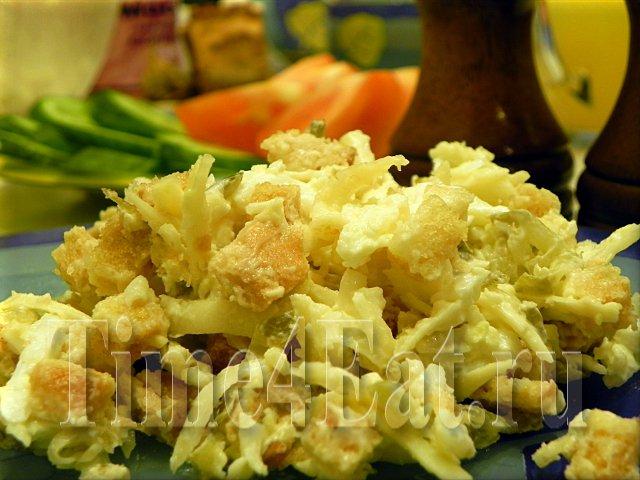Салат сырный с сухарями