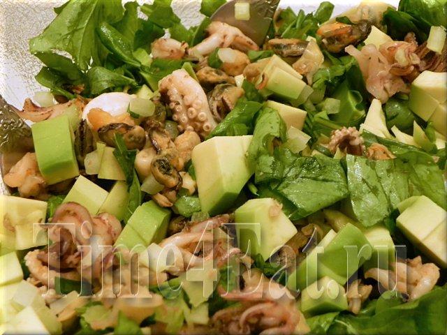 Салат из морепродуктов с авокадо и рукколой