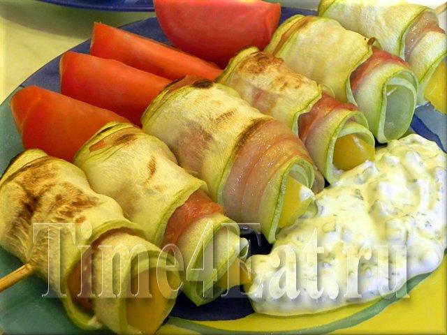 Рулетики из кабачков с беконом и соусом «Тартар»