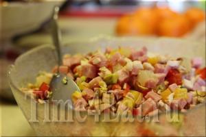 Салат с курицей, ветчиной, перцем и фисташками