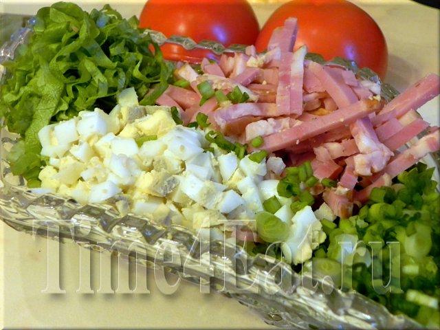 Салат с копченой грудинкой, яйцами и зеленым луком