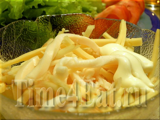 Салат с кальмарами, сыром и яблоком