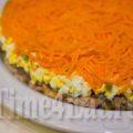 Слоеный салат с курицей, грибами и корейской морковью