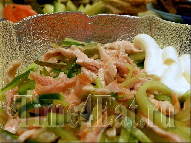 Салат с копченым цыпленком и огурцами