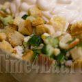Салат с курицей, крабовыми палочками и сухариками