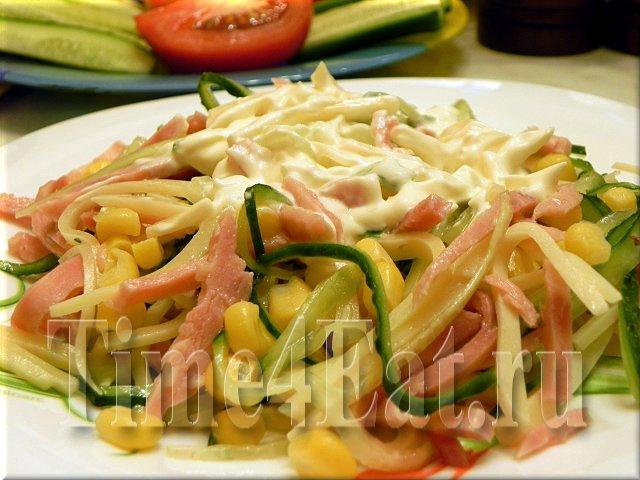Салат с ветчиной, свежими огурцами и кукурузой