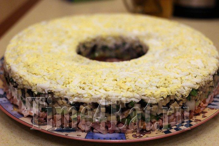 Слоёный салат с копченной курицей, грибами и огурцами-2