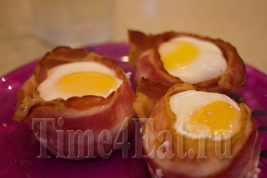 Яйца на завтрак в беконе